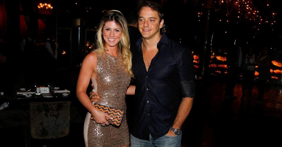 O ex-BBB Rogério Padovan comemora seu aniversário com a namorada Juliana Martin no Clube A, em São Paulo (4/9/12)