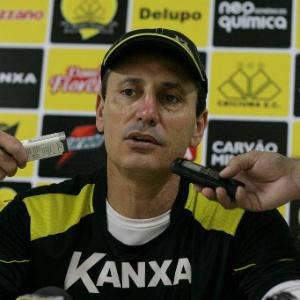 O técnico Paulo Comelli não resistiu a outra derrota e acabou sendo demitido do time do Criciúma