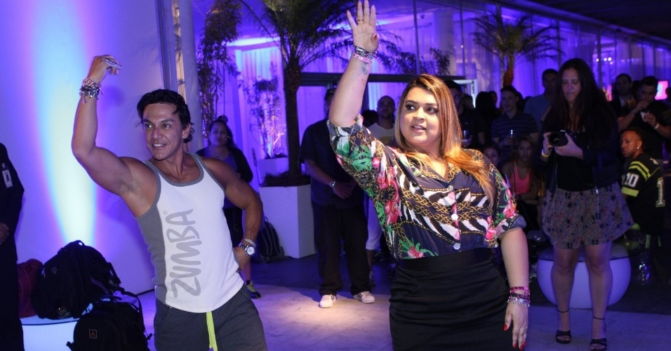 Preta Gil se diverte com um dançarino na festa de lançamento no Brasil da marca Zumba Fitness, no Aterro do Flamengo, Rio de Janeiro (5/9/12)