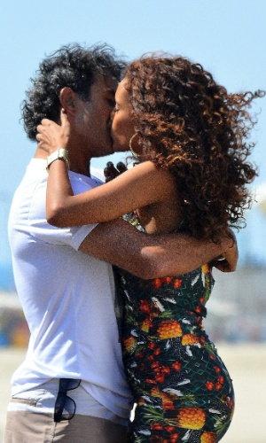"""Taís Araújo e Marcos Pasquim gravam cenas de beijo da novela """"Cheias de Charme"""" na praia do Recreio (3/9/12)"""