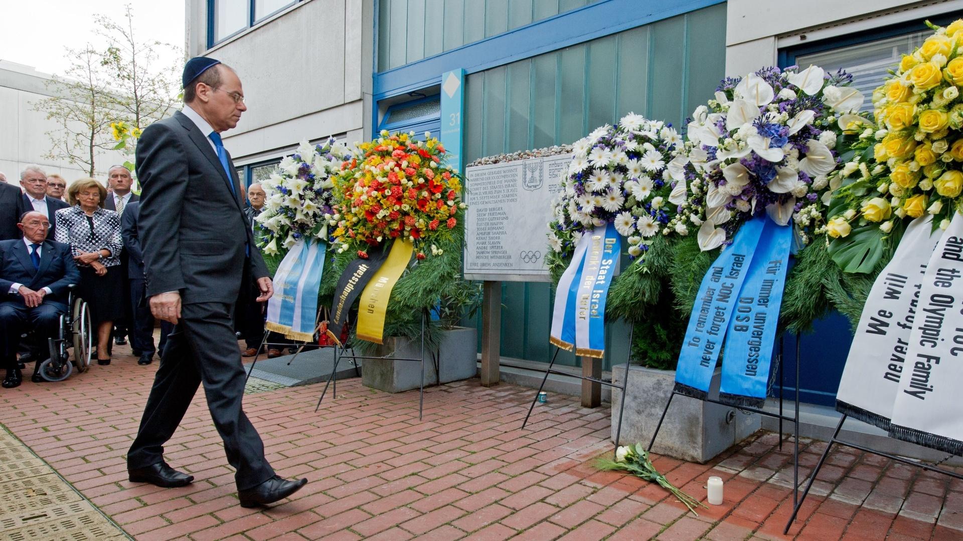 vice-primeiro ministro de Israel, Silvan Shalom, participa da cerimônia em homenagem aos mortos nos Jogos de Munique-72. Memorial foi feito em frente à casa Connollystrasse, onde a delegação israelense ficou