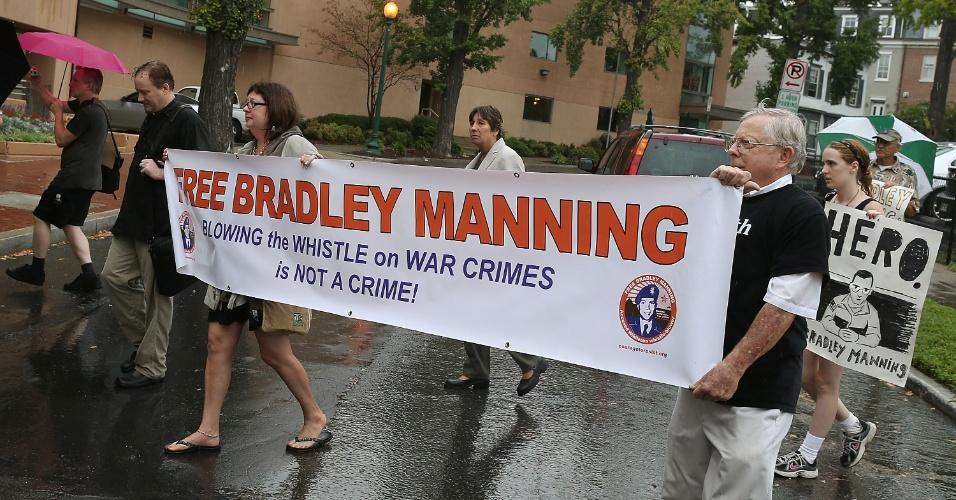 06.set.2012 - Manifestantes fazem passeata em apoio ao soldado Bradley Manning, acusado de entregar informações confidenciais dos EUA ao WikiLeaks, em frente ao Comitê Democrata Nacional, em Washington. Uma carta endereçada ao presidente Barack Obama foi entregue no comitê, na qual os manifestantes pedem ajuda ao político para provar a inocência do soldado