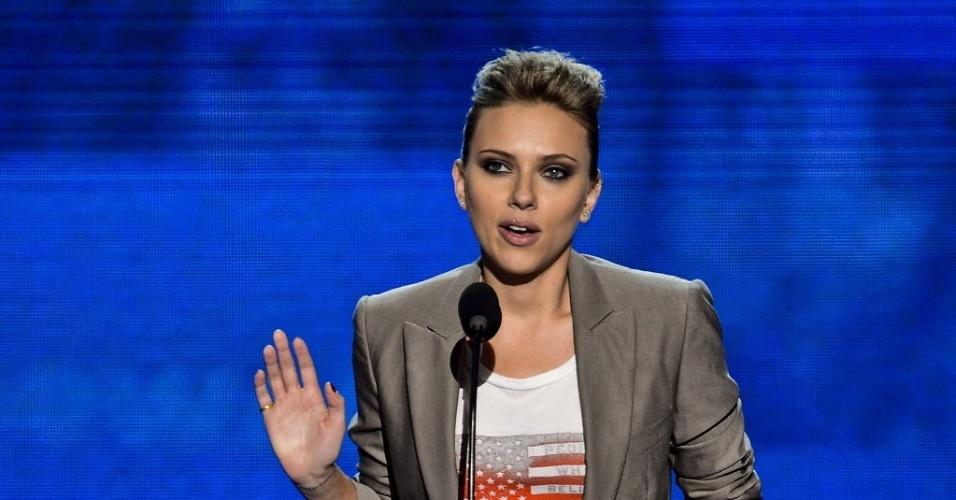 6.set.2012 - A atriz de Hollywood Scarlett Johansson desmonstra seu apoio à reeleição de Barack Obama durante o encerramento da Convenção Democrata em Charlotte, nos Estados Unidos