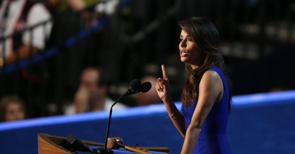 6.set.2012 - A atriz Eva Longoria discursa em apoio à candidatura do presidente dos Estados Unidos, Barack Obama, durante o encerramento da Convenção Democrata, em Charlotte, nos Estados Unidos