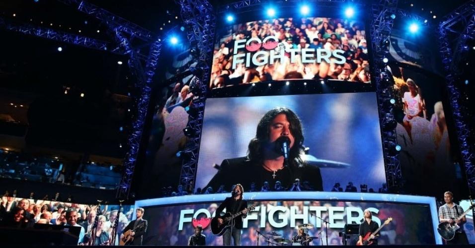 6.set.2012 - Banda Foo Fighters, liderada pelo vocalista Dave Grohl, se apresenta no encerramento da Convenção Democrata em Charlotte, na Carolina do Norte (EUA). O evento oficializa a candidatura do presidente dos Estados Unidos, Barack Obama, nas eleições presidenciais de novembro