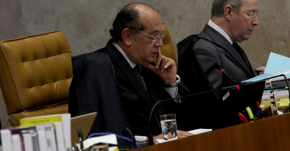 6.set.2012 - O ministro Gilmar Mendes lê o seu voto durante sessão do julgamento do mensalão no Supremo Tribunal Federal (STF), nesta quinta-feira (6)