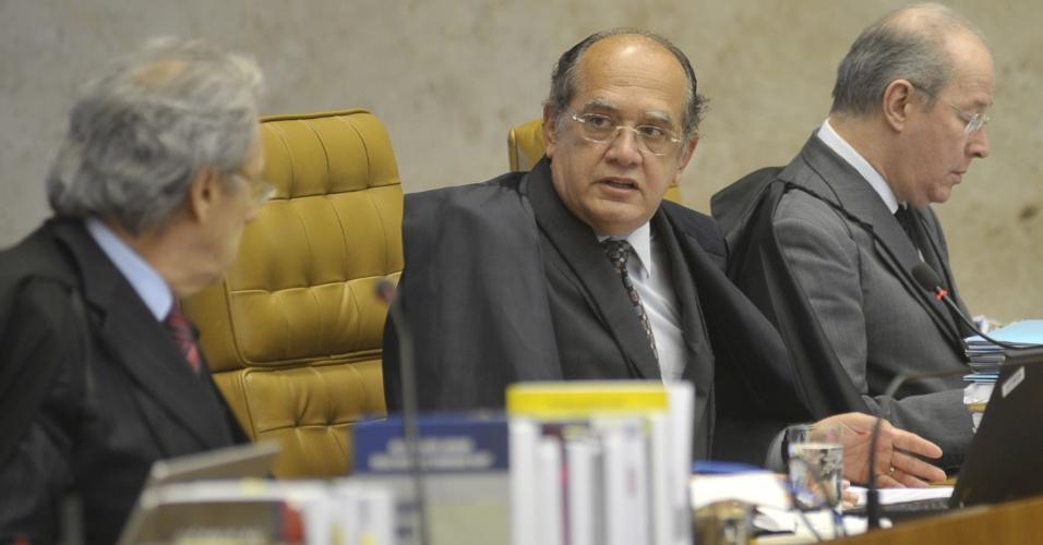 6.set.2012 - O ministro Gilmar Mendes lê o seu voto durante sessão do julgamento do mensalão no Supremo Tribunal Federal (STF), nesta quinta-feira (6). A maioria do misnitros do STF decidiu pela condenação de três dirigentes do Banco Rural e pela absolvição de ex-vice-presidente da instituição