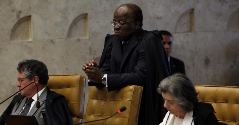 6.set.2012 - O ministro Joaquim Barbosa acompanha sessão do 19º dia de julgamento do mensalão, no plenário do Supremo Tribunal Federal (STF), nesta quinta-feira (6)