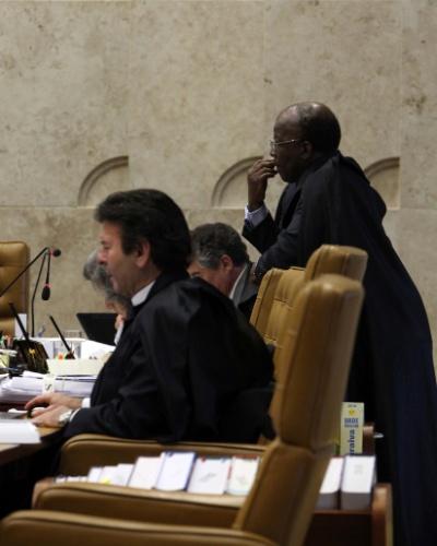 6.set.2012 - O ministro Joaquim Barbosa (em pé) acompanha sessão do julgamento do mensalão nesta quinta-feira (6)