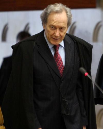 6.set.2012 - O revisor do processo do mensalão, ministro Ricardo Lewandowski, chega ao plenário do Supremo Tribunal Federal (STF) para sessão do julgamento do caso, nesta quinta-feira (6)
