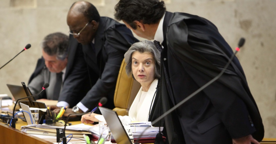 6.set.2012 - Os ministros Cármen Lúcia e Luiz Fux chegam ao plenário do Supremo Tribunal Federal (STF) para acompanhar sessão desta quinta-feira (6) do julgamento do mensalão