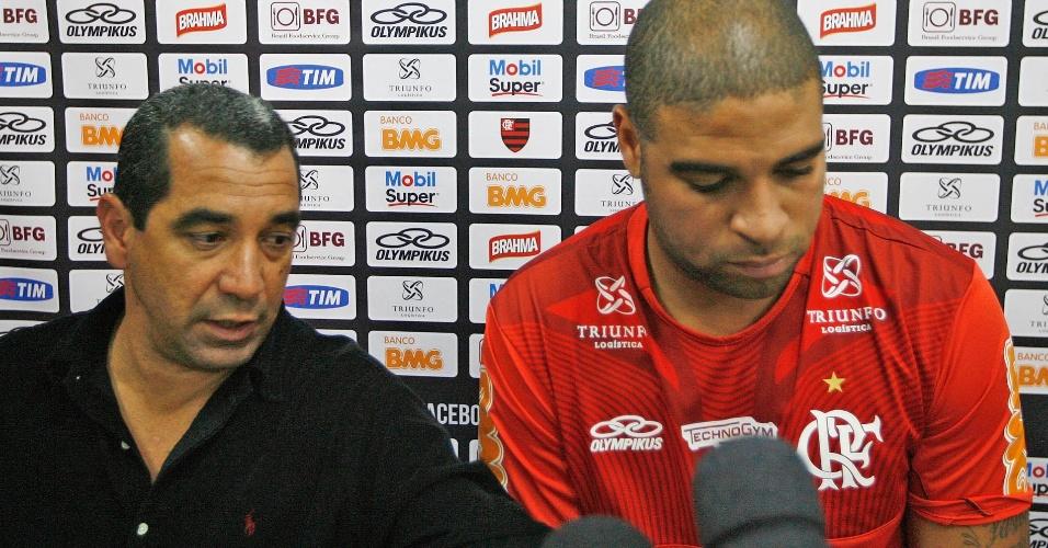 Adriano explica falta a treinamento do Flamengo ao lado do diretor de futebol Zinho