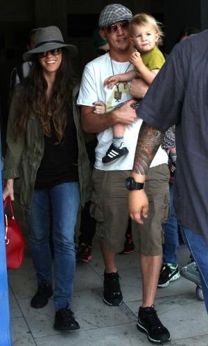 Alanis Morissette desembarca no Rio de Janeiro com a família (6/9/12)