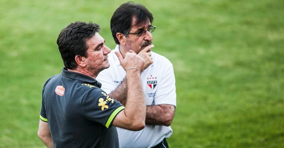 Andrés Sanchez, diretor de seleções da CBF, conversa com René Simões, diretor-técnico da base do São Paulo, durante treino da seleção em Cotia