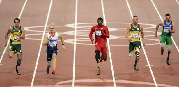 Atletas competem nos 100m T46 nos Jogos de Londres; o brasileiro Alan Fonteles foi apenas o 7º colocado