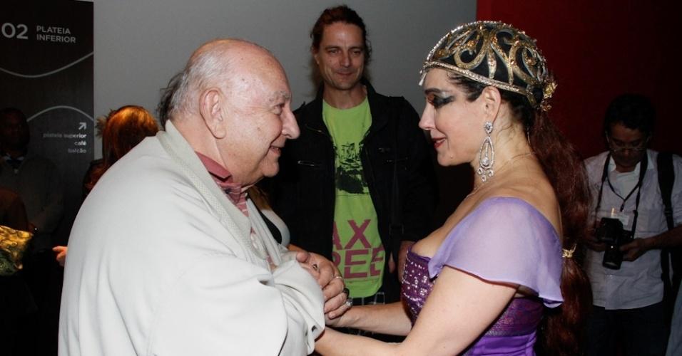 """Christiane Torloni recebe Sérgio Mamberti na abertura do espetáculo """"Teu Corpo É meu Texto"""" em São Paulo (5/9/2012)"""