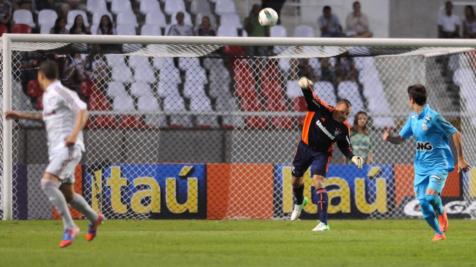 Diego Cavalieri repõe a bola em jogo durante a vitória do Fluminense por 3 a 1 sobre o Santos