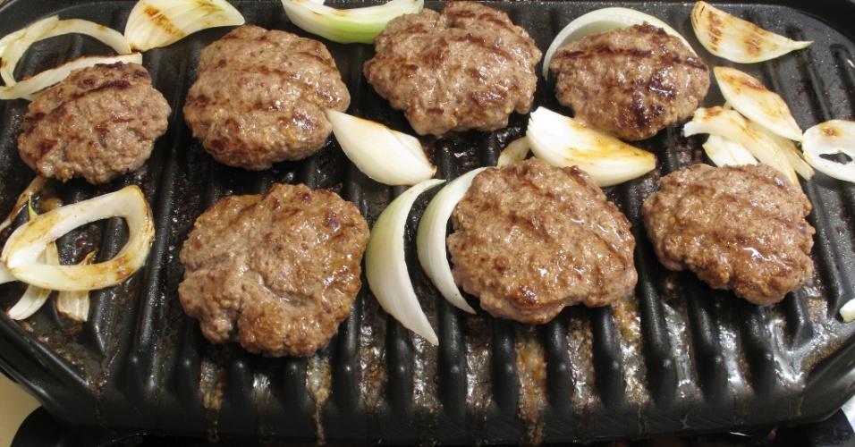 Grill elétrico, carne, cebola, churrasco