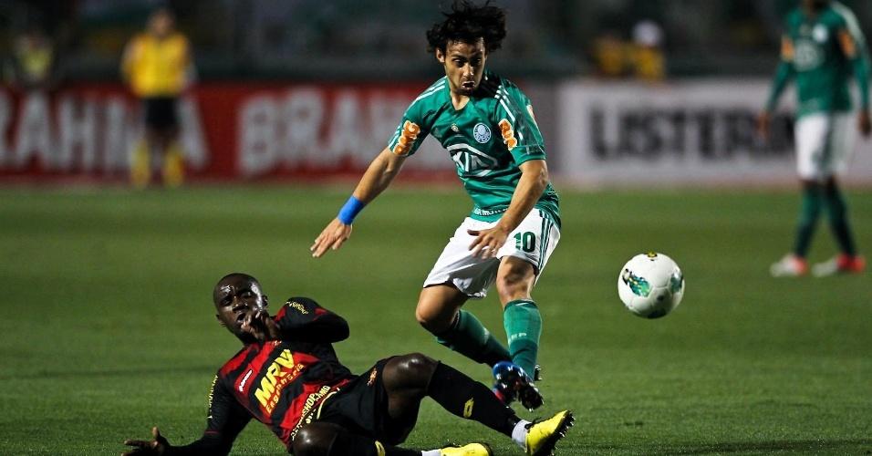 Hugo, do Sport, dá carrinho em Valdivia, do Palmeiras, para tirar a bola do meia chileno
