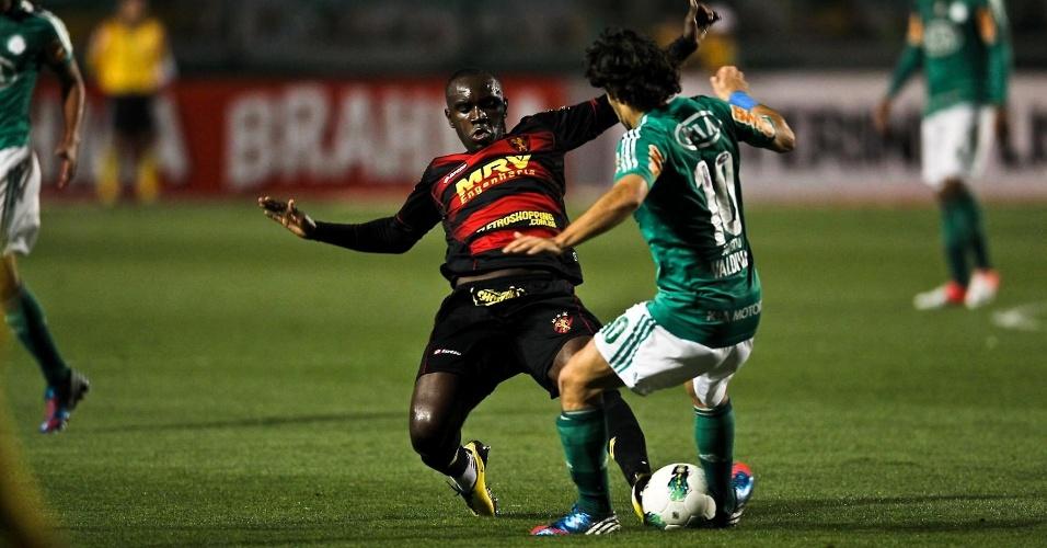 Hugo, meia do Sport, tenta roubar a bola de Valdívia, do Palmeiras, durante jogo no Pacaembu