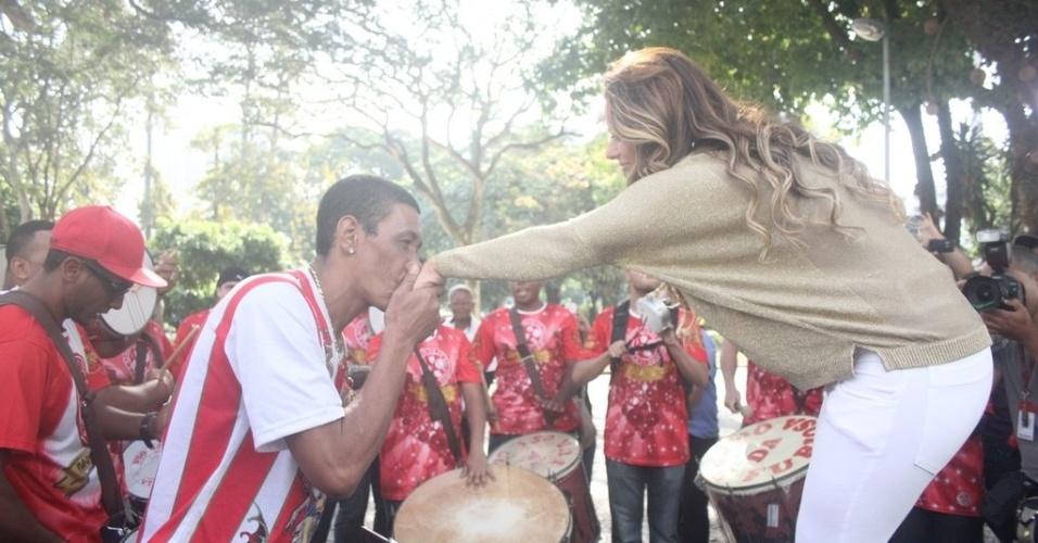 """Mestre Marcão, da bateria Furiosa, beija a mão da rainha de bateria do Salgueiro, em seu retorno ao Rio após a vitório no reality """"A Fazenda 5"""" (6/9/12)"""