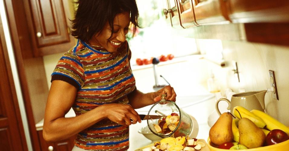 Mulher cortando frutas, mulher usando liquidificador