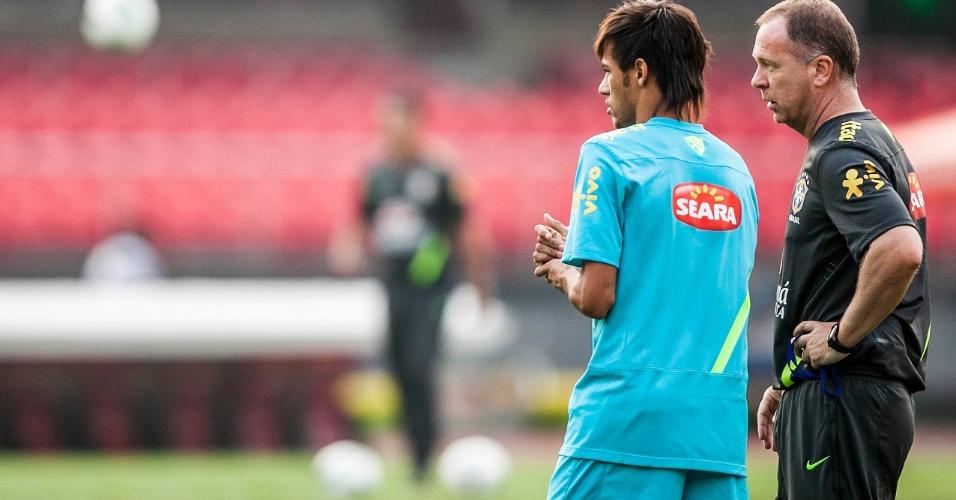 Neymar e Mano Menezes conversam em particular durante treinamento da seleção no Morumbi