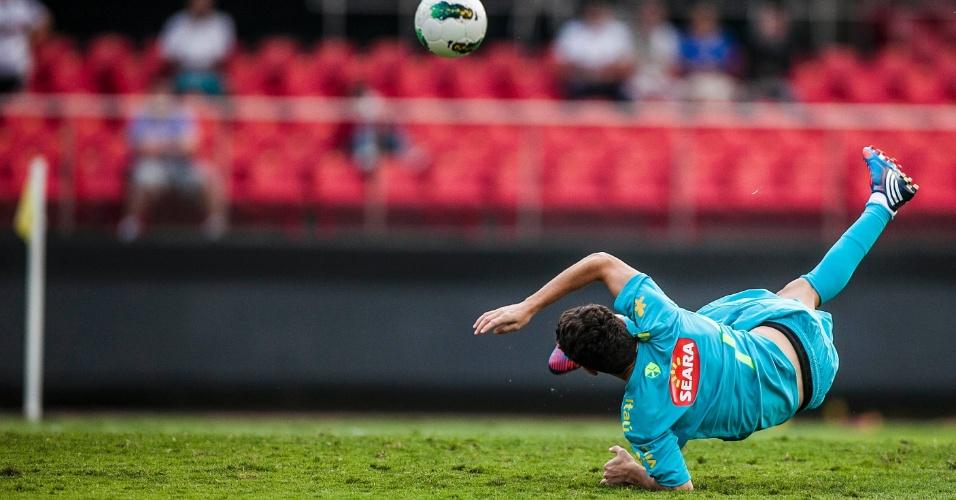 Oscar, meia da seleção, cai no chão após tentar voleio durante treino realizado no Morumbi