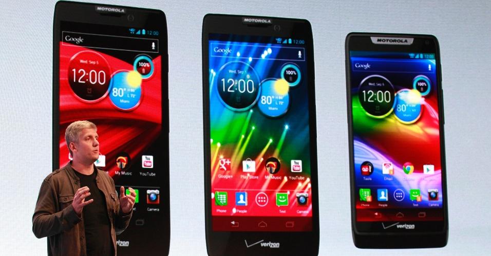 Rick Osterloh, vice-presidente de gestão de produtos da Motorola Mobility, apresentou três novos modelos de smartphone em evento realizado em Nova York na quarta-feira (5/9). Todos os aparelhos já estão aptos para funcionar com tecnologia 4G da operadora Verizon, nos Estados Unidos, e para receber atualização para a versão 4.1 (Jelly Bean), do sistema Android