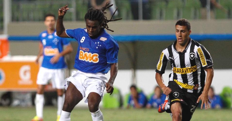 Tinga durante a derrota do Cruzeiro para o Botafogo, por 3 a 1, no Independência (5/9/2012)