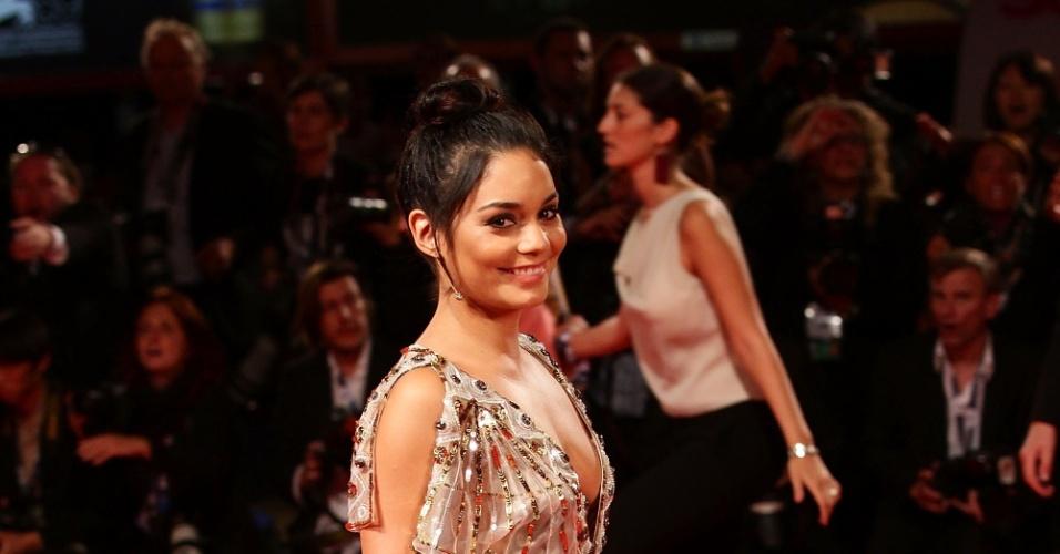 """Vanessa Hudgens posa para fotógrafos na pré-estreia do filme """"Spring Breakers"""" no 69º Festival de Veneza (5/9/12)"""