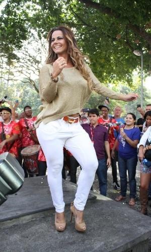 Viviane Araújo é recebida pela bateria do Salgueiro em retorno ao Rio (6/9/12)