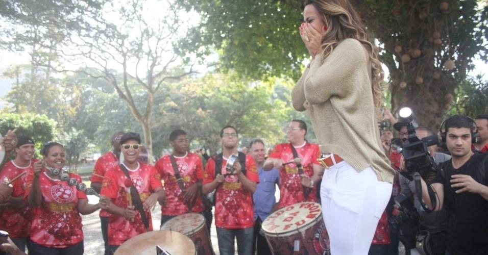 Viviane Araújo se emociona ao ver a homenagem do Salgueiro do lado de fora do aeroporto Santos Dumont, no Rio de Janeiro (6/9/12)