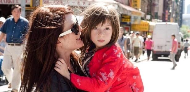 """Cena do filme """"What Maisie Knew"""", com Julianne Moore e Onata Aprile"""