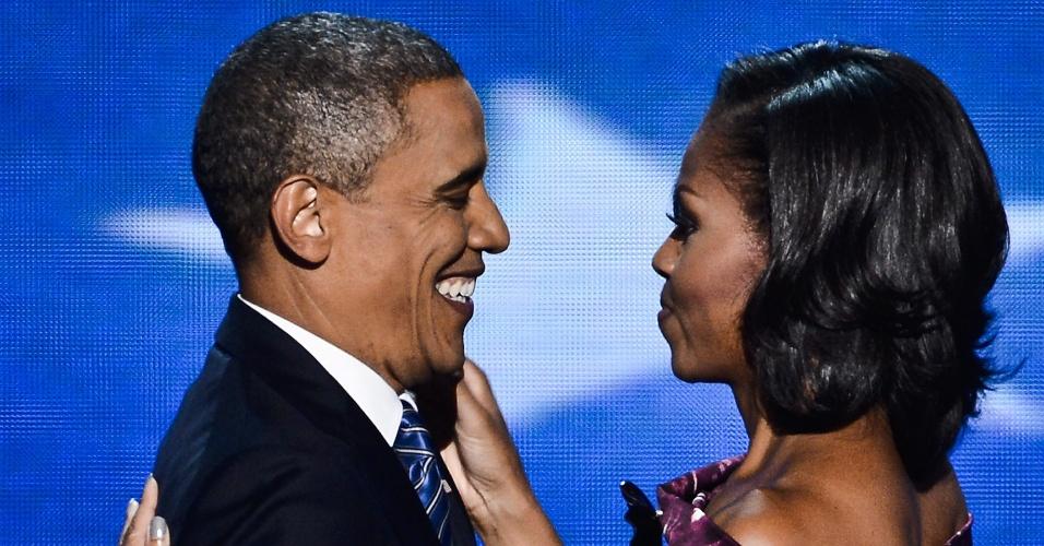 6.set.2012 - A primeira-dama dos EUA, Michelle Obama, abraça o presidente americano, Barack Obama, nesta quinta-feira (6), no encerramento da Convenção Democrata, ocasião em que Obama formalizou sua candidatura à reeleição, na Time Warner Cable Arena, em Charlotte, no estado americano da Carolina do Norte