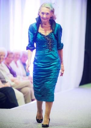 A britânica Marion Finlayson, 80, desfila durante o evento 50 Plus Festival, na Escócia - BBC