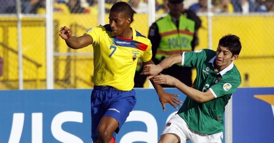 07.set.2012 - Antonio Valencia (esq.), do Equador, briga pela bola com Pedro Azogue, da Bolívia, durante partida pelas eliminatórias da Copa-2014; equatorianos venceram por 1 a 0