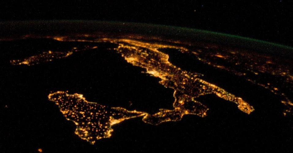 Astronauta na Estação Espacial Internacional fotografa o sul da Itália durante a noite