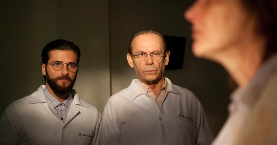 Bruno Gagliasso (Lauro) e José Wilker (Dr. Fausto) em cena de