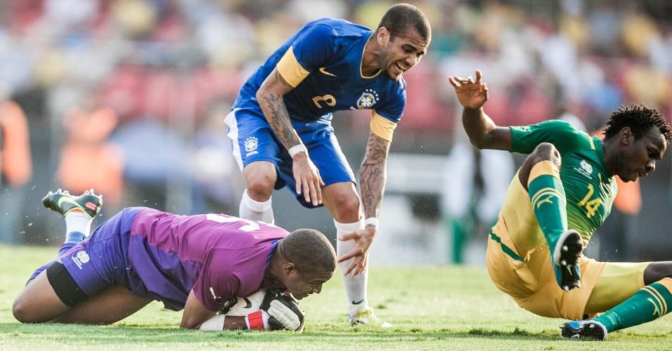 Daniel Alves divide com o goleiro da África do Sul, que fica com a bola