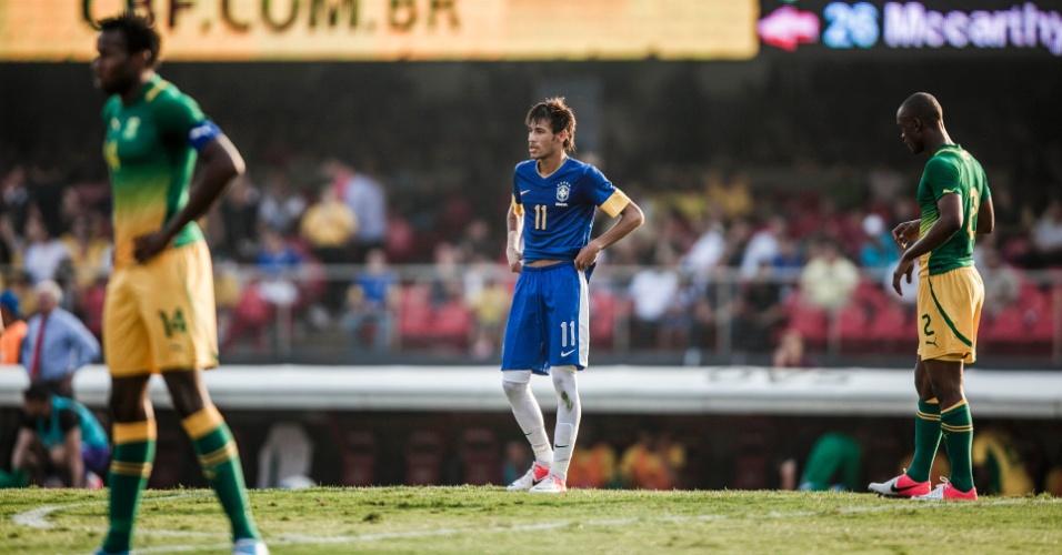Entre dois sul-africanos, Neymar aguarda jogada