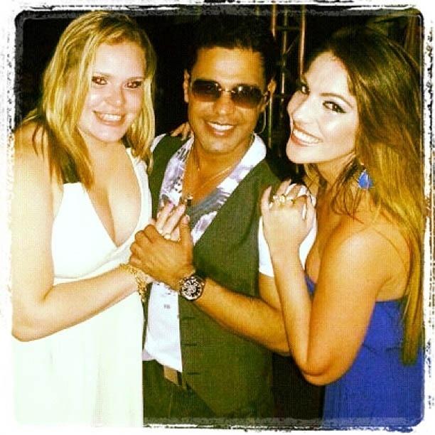 Ex-BBBs Paulinha e Anamara posam ao lado de Zezé Di Camargo em bastidores de show (7/9/2012)