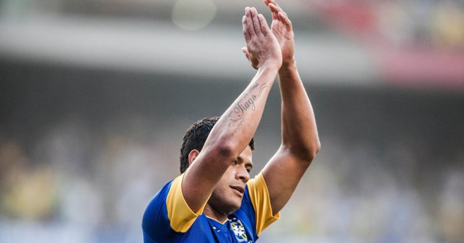 Hulk aplaude após marcar pela seleção brasileira contra a África do Sul