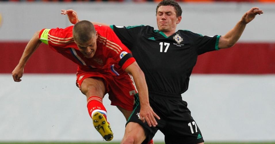 07.set.2012 - Igor Denisov, capitão da Rússia, leva entrada lateral de Corey Evans, da Irlanda do Norte, em partida pelas eliminatórias da Copa-2014
