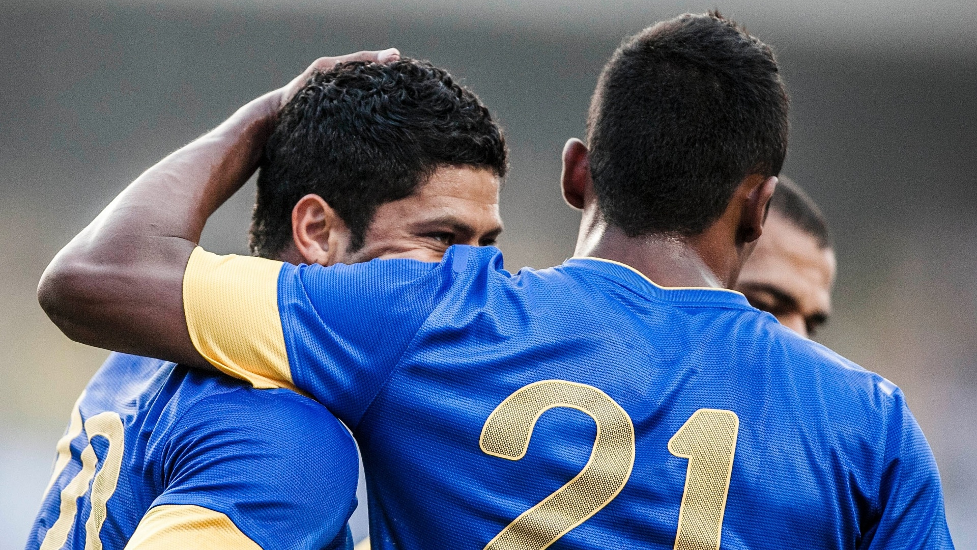 Jogadores da seleção brasileira abraçam Hulk, autor do gol da vitória sobre a África do Sul