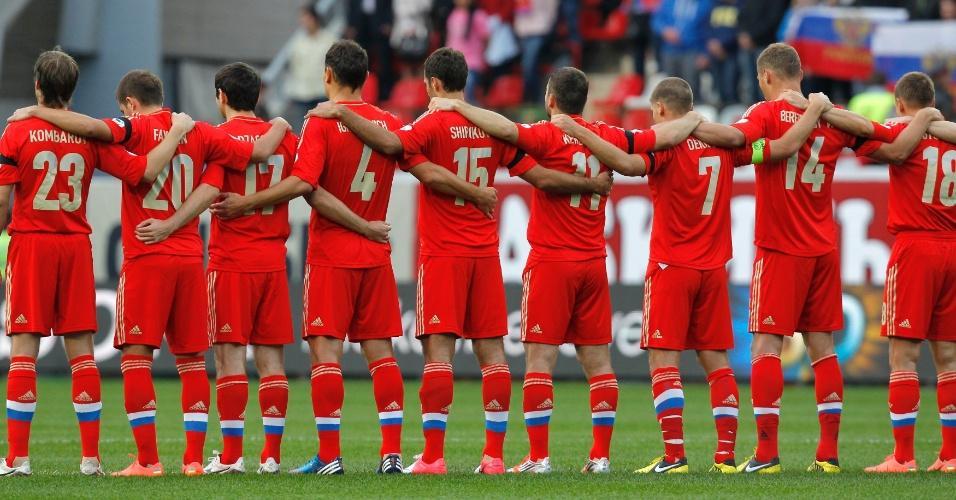 07.set.2012 - Jogadores da seleção da Rússia se abraçam para respeitar um minuto de silêncio no confronto ante a Irlanda do Norte pelas eliminatórias da Copa-2014