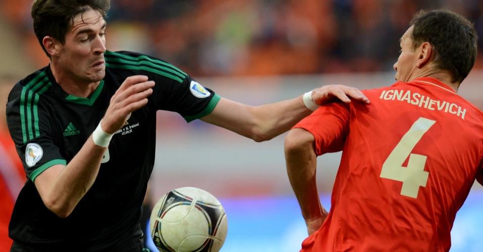 07.set.2012 - Kyle Lafferty (esq.), da Irlanda do Norte, tenta evitar encontrão com Sergey Ignashevich, da Rússia, em partida pelas eliminatórias da Copa-2014