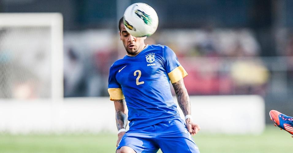 Lateral Daniel Alves tenta conduzir a bola durante jogo contra a África do Sul