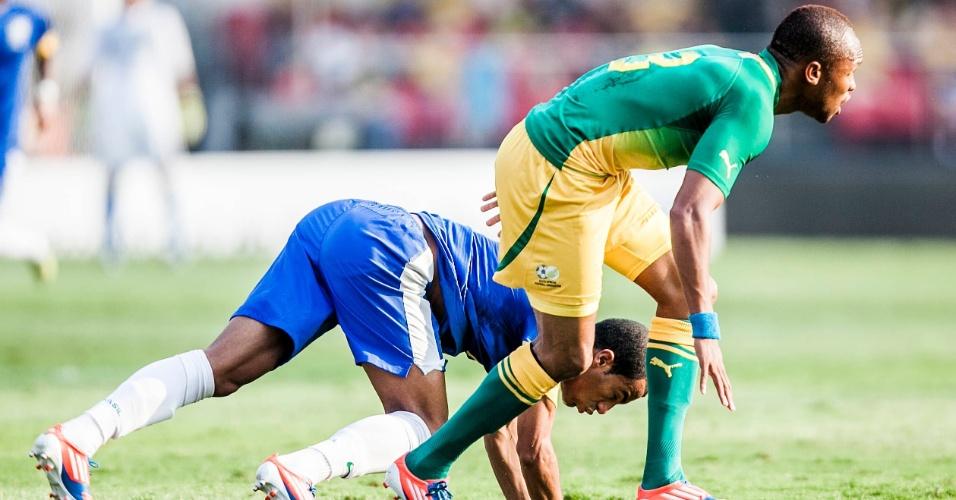 Lucas, da seleção brasileira, vai ao chão após dividida com jogador da África do Sul
