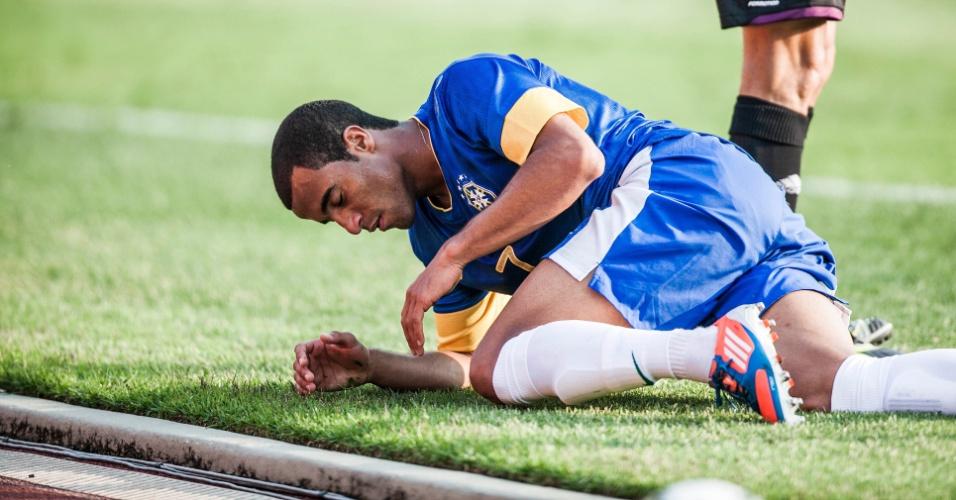 Lucas vai ao chão após lance do amistoso da seleção contra a África do Sul